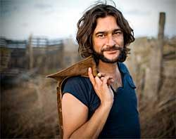 Quique González, conciertos en Madrid y Pontevedra, con Las Palabras Vividas