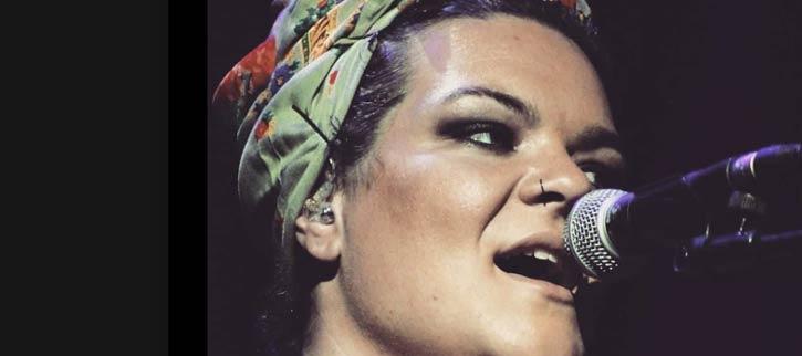 Muñeira sobre el coronavirus que arrasa en redes, Sabela Galbán canta desde casa